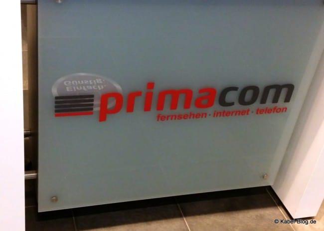 Primacom Logo auf Tresen im Laden