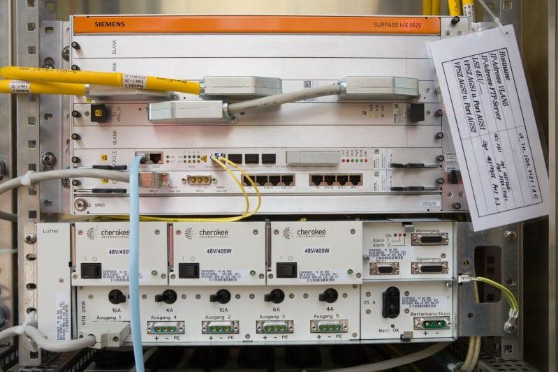 Highspeed Netzausbau in Stuttgart am 17.5.2006 Rolf Kiefer nimmt einen Outdoor DSLAM in einem Multifunktionsgehaeuse in Betrieb