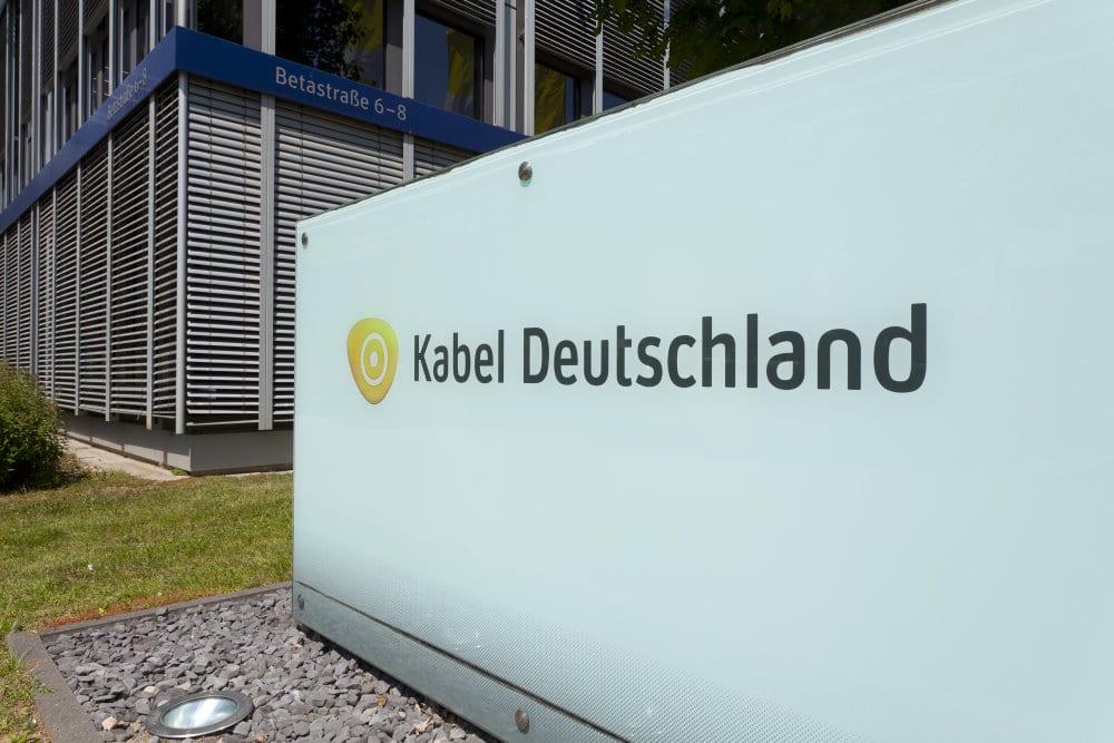 Logo auf Wand: Bild: Kabel Deutschland