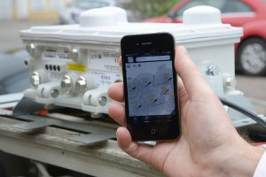 Das Smartphone findet WLAN-Hotspots von Kabel Deutschland - aufgenommen vor geöffneter WLAN-Haube. | Bild: Kabel Deutschland