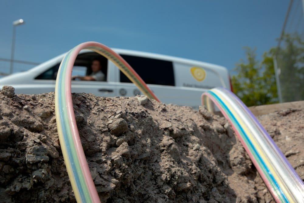 Die Enden zweier erdverlegter Flatliner liegen zur Montage in der Baugrube bereit. | Foto: Kabel Deutschland