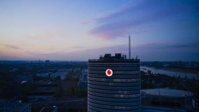 Vodafone-Deutschland-Zentrale in Düsseldorf bei Nacht